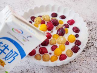 自制水果珍珠,加入纯牛奶拌匀即可