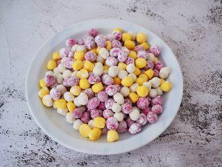 自制水果珍珠,再分割揉成小丸子,其他三种水果也按此步骤做好