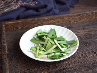 红烧鲽鱼段,将韭菜切成段。