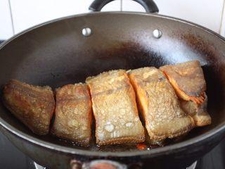 红烧鲽鱼段,放入煎好的鲽鱼段。