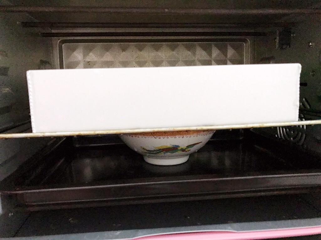 波兰种手撕小面包,放入不通电的烤箱中层二发至2倍大</p> <p>同时放入一碗热水保持温度和湿度