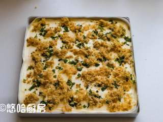 葱香肉松蛋糕,拌匀的面糊倒入已铺好油布的烤盘中,表面大致刮平,先撒上烘烤后的小葱,再撒上一层肉松。烘烤后的小葱水分减少,颜色相应的变得暗淡,但是不会影响蛋糕的起发。