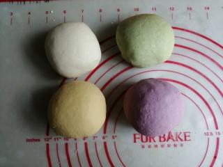 迷你豆沙馒头,再用手揉成光滑的面团,总共4色,盖上保鲜膜,室温发酵30分钟