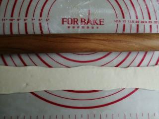 迷你豆沙馒头,用擀成棍将长面条擀平,再擀宽一点