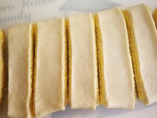 椰蓉面包,稍微擀一下然后分成八份。