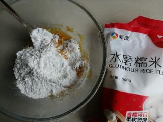 香蕉红薯糯米饼,把糯米粉和糖都倒入红薯泥里