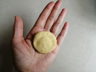 香蕉红薯糯米饼,捏紧收口,压扁一下