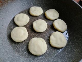 香蕉红薯糯米饼,锅里加少许油,中小火烧热后转小火,把做好的糯米饼一个个放入锅中
