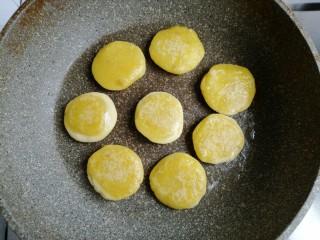 香蕉红薯糯米饼,一面煎至微黄后翻面