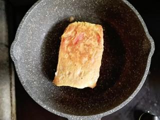 爆浆酸奶蓝莓西多士,小火慢煎至6边全部金黄就可以出锅啦