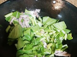 菜汤,再放入青菜一起炒,加盐适量
