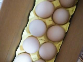 菜汤,趁着煮水的空挡,拿两颗鸡蛋,打散