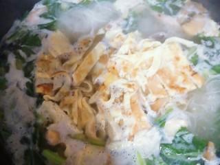 菜汤,煮沸就好了,喜欢的话可以放少量的米面,我就是怕菜汤太孤单,放几根面和和。