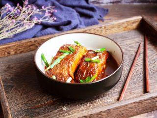 红烧鲽鱼段,在炖好鱼出锅前撒上韭菜。 韭菜会使鲽鱼鲜上加鲜,还可以去腥。