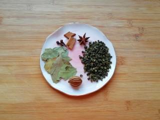 青花椒辣卤小龙虾,准备好青花椒、八角、桂皮、丁香、香叶和香砂。