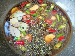 青花椒辣卤小龙虾,下入准备好的辣椒、生姜和香辛料,放盐调味,烧开以后小火煮10分钟。