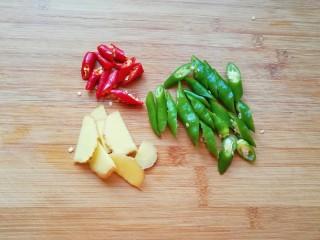 青花椒辣卤小龙虾,青线椒和小米椒洗干净切成段,生姜洗干净切成片。