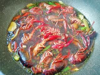 青花椒辣卤小龙虾,下入处理好的小龙虾烧开,中小火煮20分钟关火,焖半个小时盛出。
