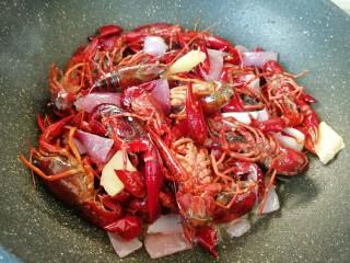 爆炒咖喱小龙虾,大火翻炒至小龙虾变红。