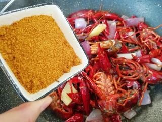 爆炒咖喱小龙虾,加入咖喱粉翻炒均匀。