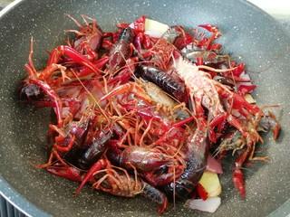 爆炒咖喱小龙虾,下入处理好的小龙虾。