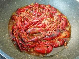 爆炒咖喱小龙虾,加入半碗开水翻炒均匀,小火煮20分钟关火。
