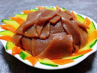 素炒魔芋,黄瓜和胡萝卜片先摆入盘中再摆入魔芋片就大功告成了