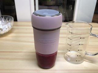 火龙果水果凉皮,火龙果肉100g加清水80g用榨汁杯榨成果汁