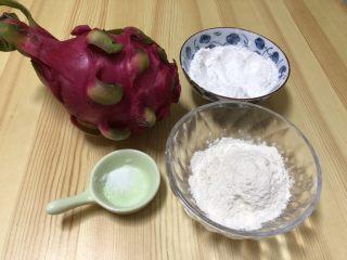 火龙果水果凉皮,首先准备好所有食材,火龙果,淀粉和高筋面粉,盐,面粉一定选择高筋面粉有韧度,配料就没有展示,主要是做凉皮方法。