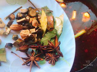 辣卤小龙虾,锅中加水烧开后加入卤配料