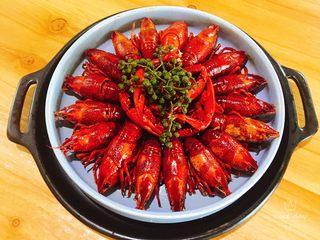 辣卤小龙虾,小龙虾至一个深盘或汤碗
