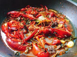 辣卤小龙虾,开锅盖尝味道,应该够辣够咸,如果不够就适量加点盐或者辣椒面。