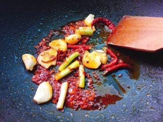 辣卤小龙虾,再放入葱姜蒜炒出红油。