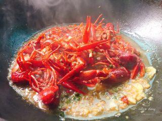 吮指蒜蓉小龙虾,烧开后调味道,一勺白糖,半勺鸡精,然后转中小火烧6-7分钟