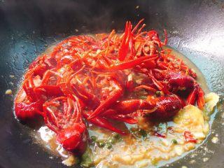 吮指蒜蓉小龙虾,下入熬好的蒜蓉,
