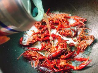 吮指蒜蓉小龙虾,炒香后龙虾颜色变红,下入我们的啤酒,没过小龙虾就可以了