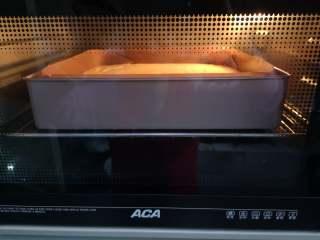 古早蛋糕,上火150度,下火155度,水浴法烤制70分钟即可。如果不确定蛋糕是否成熟,可以用牙签插入拔出时不带湿粉来鉴别。