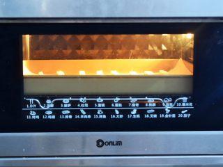 酸奶棒,再放入预热好的烤箱,上下火80度,中层烤40分钟,具体的时间和温度还是要根据自己烤箱的温度适当的调整