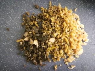 客家美食《砂锅煲咸菜酿豆腐》,再将咸菜切碎