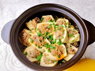 客家美食《砂锅煲咸菜酿豆腐》,我今天这为了拍照好看点,要是平时,我喜欢把酿豆腐放锅底,咸菜放上面,那边更入味呢
