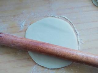 自制春卷皮,用擀面杖擀轻轻成22cm左右的面饼