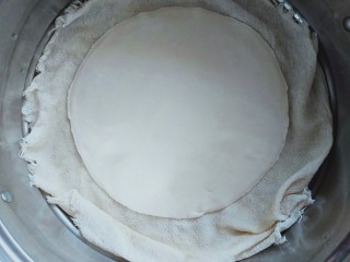 自制春卷皮,蒸笼铺湿蒸布,放在蒸笼上,水烧开后再蒸15分钟