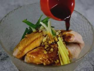咸蛋黄鸡翅,咸香酥脆,宝宝最爱吃,宝妈们试一下吧!,加入葱姜蒜、生抽、料酒、盐、黑胡椒,抓匀腌制