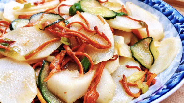 白雪却嫌春色晚➕虫草花清炒山药,这道小菜做法简单,山药口感爽脆,虫草花滑嫩有嚼劲,营养美味,大鱼大肉吃多了,来点小素菜养养肠胃吧😛