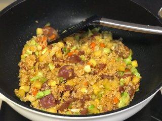 腊肠焖饭,加入所以调料翻炒均匀关火。