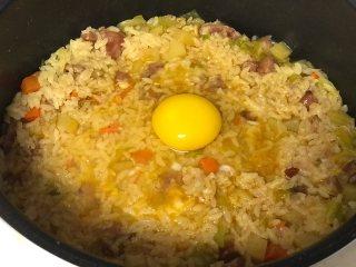 腊肠焖饭,按煮饭键煮至米饭熟后打人一个鸡蛋盖盖儿再焖10分钟。