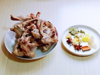 香烤鸭锁骨,姜蒜去皮,准备好其它香料。