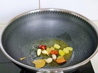 香烤鸭锁骨,起油锅,加入香料煸炒出香味儿。