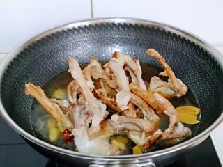香烤鸭锁骨,加入纯净水。