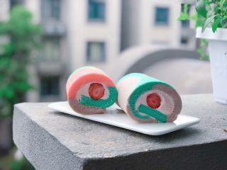 草莓蛋糕卷,淡奶油➕草莓糖浆➕糖打发至较硬的状态,没有糖浆可以省略